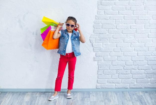 Szczęśliwa dziewczyna afro z torby na zakupy