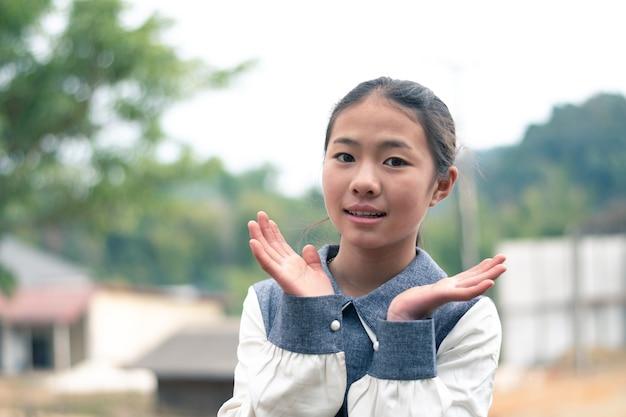 Szczęśliwa dziewczyna azjatyckich, portret uśmiech, młode kobiety smilling z miejsca na tekst