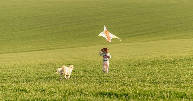 Szczęśliwa dziewczyna bieg z latawcem