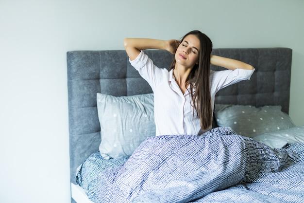 Szczęśliwa dziewczyna budzi się rano i rozciąganie