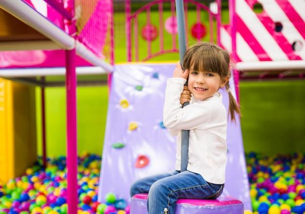 Szczęśliwa Dziewczyna Ma Zabawę Przy Playroom Premium Zdjęcia