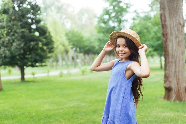 Szczęśliwa dziewczyna pozuje outdoors