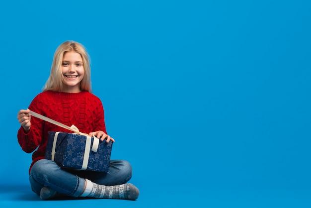 Szczęśliwa dziewczyna rozpakowaniu obecny kopia miejsca
