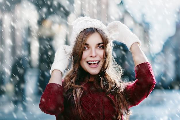 Szczęśliwa dziewczyna śmia się w śnieżnym zima dnia nowego roku sztandarze
