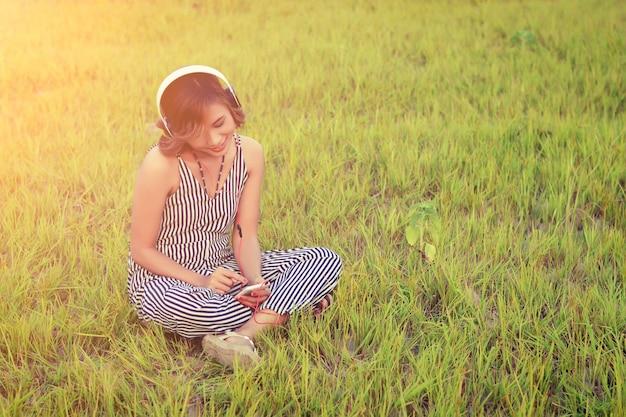 Szczęśliwa dziewczyna sprawdzenia jej smartphone