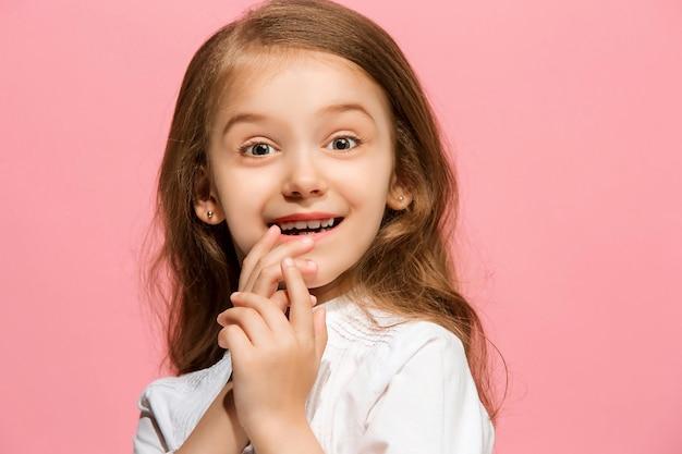 Szczęśliwa dziewczyna stoi i uśmiecha się