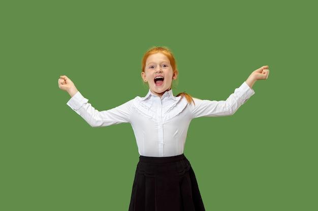 Szczęśliwa dziewczyna stojąc, uśmiechając się i wskazując na siebie na białym tle na modnym zielonym tle studio.