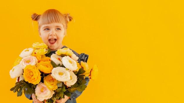 Szczęśliwa dziewczyna trzyma bukiet kwiatów
