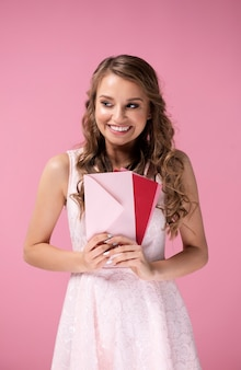 Szczęśliwa dziewczyna trzyma kilka listów miłosnych