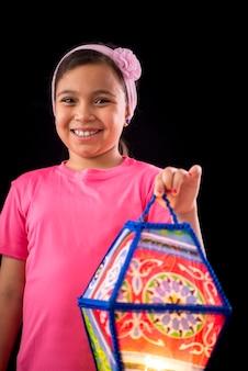 Szczęśliwa dziewczyna trzyma latarnię ramadan