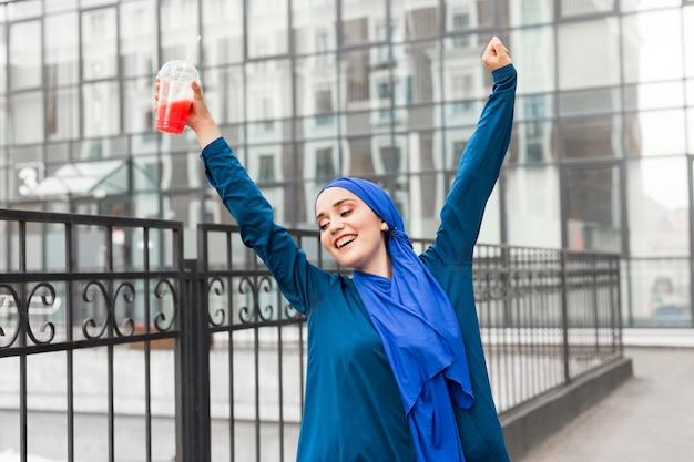Szczęśliwa dziewczyna ubrana w hidżab