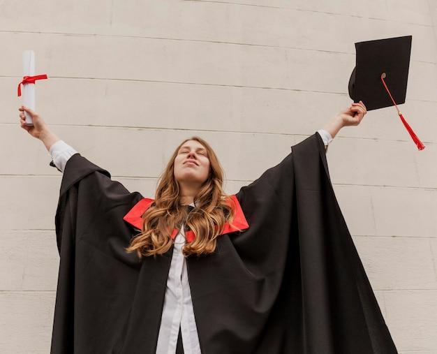 Szczęśliwa dziewczyna ukończyła studia