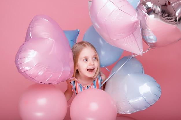 Szczęśliwa dziewczyna w balonach. dzień dziecka