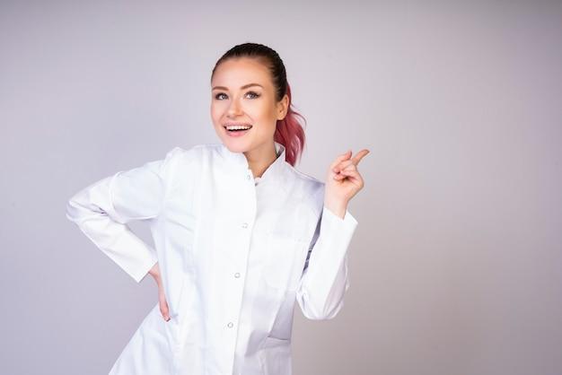 Szczęśliwa dziewczyna w biel lekarki mundurze