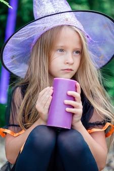 Szczęśliwa dziewczyna w halloween kostium z dźwigarki pumpkin.trick lub fundą