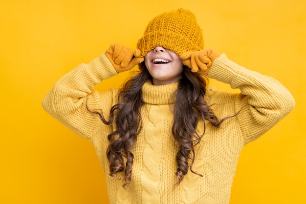 Szczęśliwa dziewczyna w kapeluszu naciągnęła mu oczy
