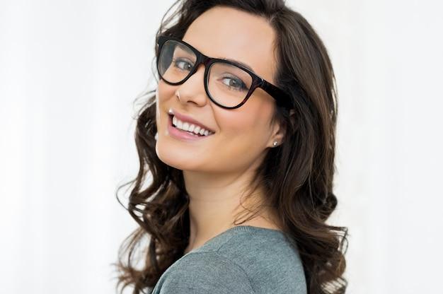 Szczęśliwa dziewczyna w okularach