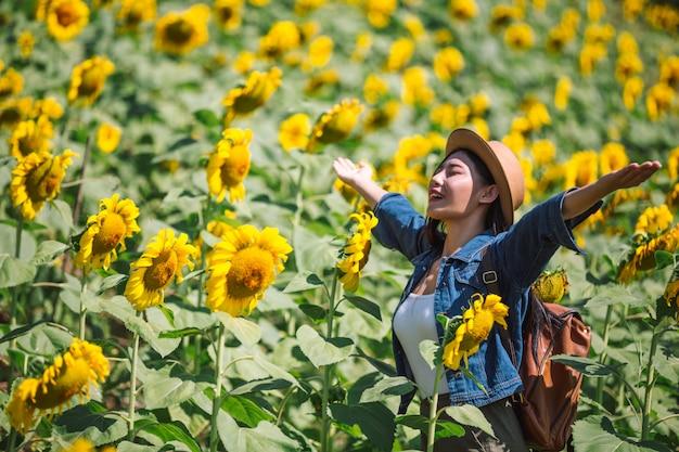 Szczęśliwa dziewczyna w słonecznikowym polu.