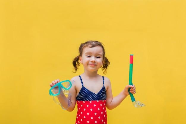 Szczęśliwa dziewczyna w strój kąpielowy z maska do pływania i fajki