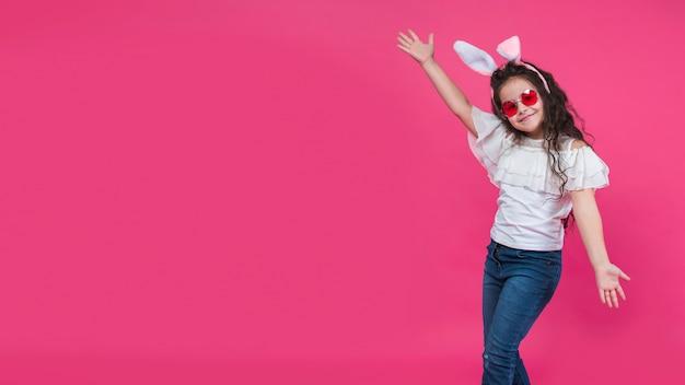 Szczęśliwa dziewczyna w uszy królika uśmiechając się