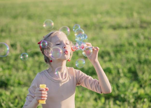 Szczęśliwa dziewczyna z baniek mydlanych