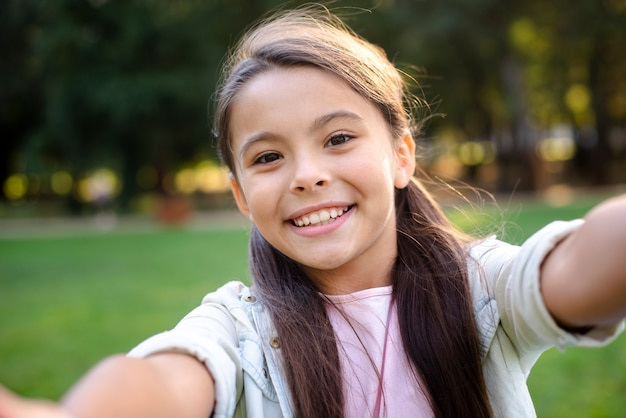 Szczęśliwa dziewczyna z brązowe włosy uśmiecha się