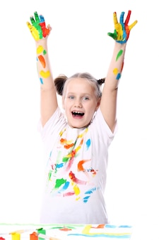Szczęśliwa dziewczyna z farbą na jej rękach