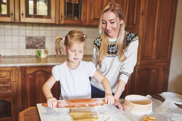Szczęśliwa dziewczyna z jej mamy ciastem