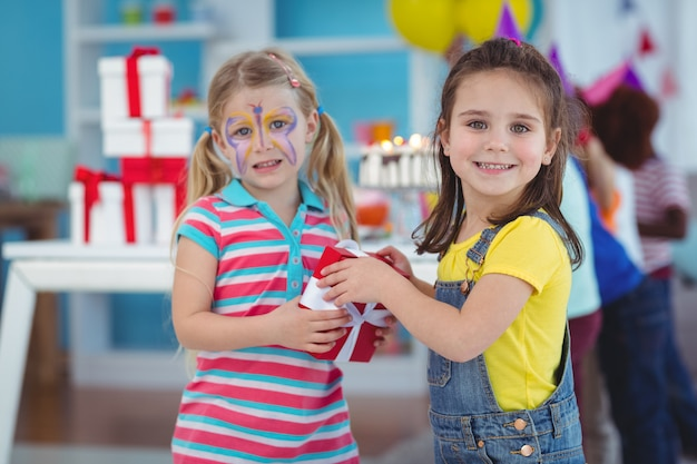 Szczęśliwa dziewczyna z jej twarzą malującą przy przyjęciem urodzinowym