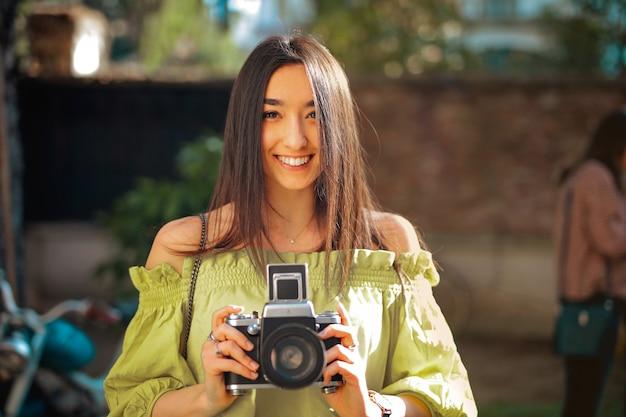 Szczęśliwa dziewczyna z kamerą