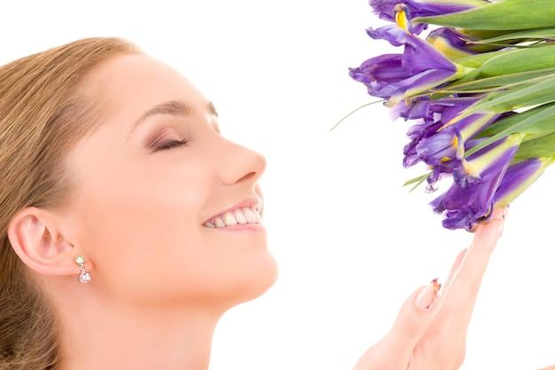 Szczęśliwa dziewczyna z kwiatami na białej ścianie