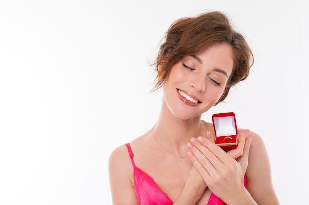 Szczęśliwa dziewczyna z obrączką w dłoniach, pan młody złożył propozycję ślubu