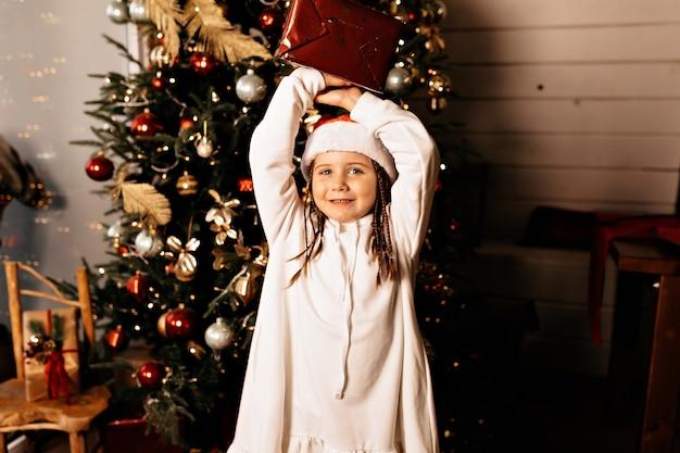 Szczęśliwa dziewczyna z prezentem