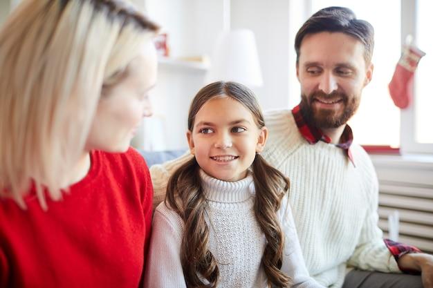 Szczęśliwa dziewczyna z rodzicami