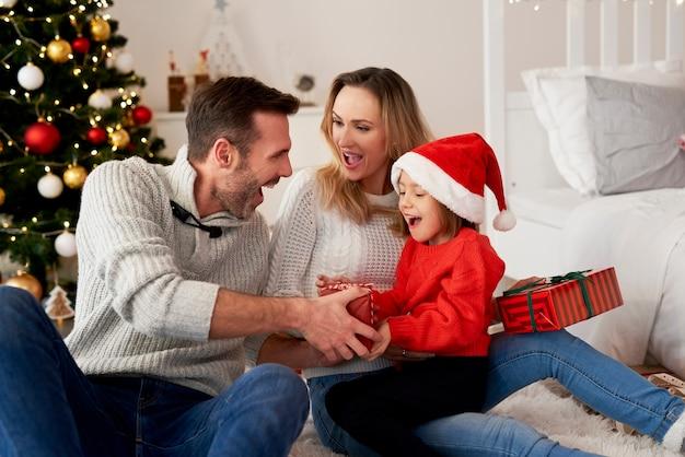 Szczęśliwa dziewczyna z rodziną w czasie świąt bożego narodzenia