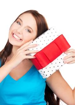 Szczęśliwa dziewczyna z szkatułce na białym