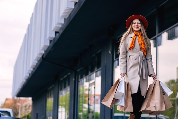 Szczęśliwa dziewczyna z torby na zakupy