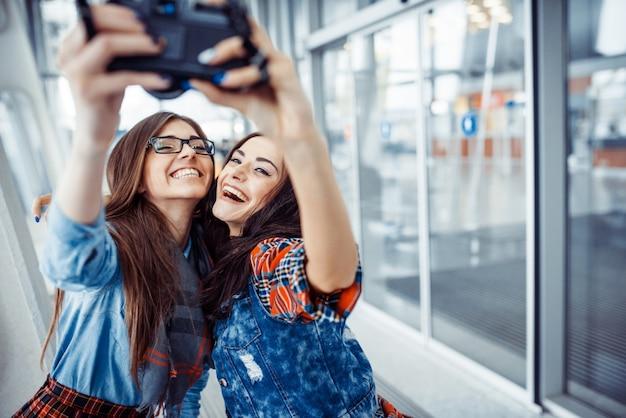 Szczęśliwa dziewczyna z turysta fotografią ty