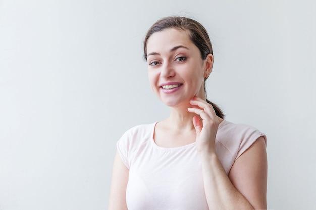 Szczęśliwa dziewczyna z uśmiechem. piękno portret młoda szczęśliwa pozytywna brunetka kobieta na białym tle.