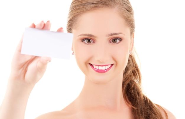 Szczęśliwa dziewczyna z wizytówką na białej ścianie