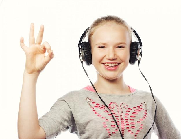 Szczęśliwa dziewczyna ze słuchawkami