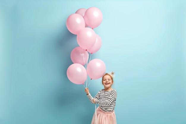 Szczęśliwa dziewczynka trzymając balony