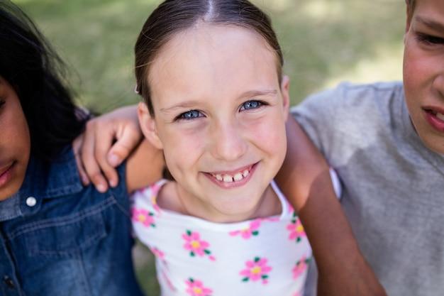 Szczęśliwa dziewczyny pozycja w parku