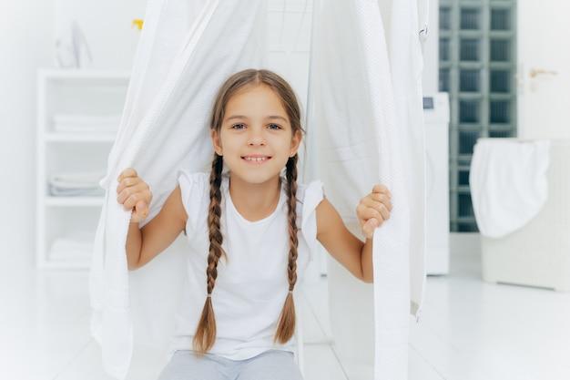 Szczęśliwa europejska dziewczyna z dwoma warkoczami