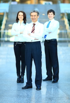 Szczęśliwa grupa ludzi biznesu uśmiechając się do biura