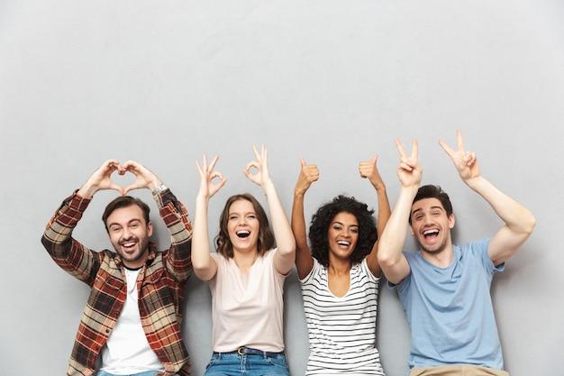 Szczęśliwa grupa przyjaciół gestykuluje rękami.