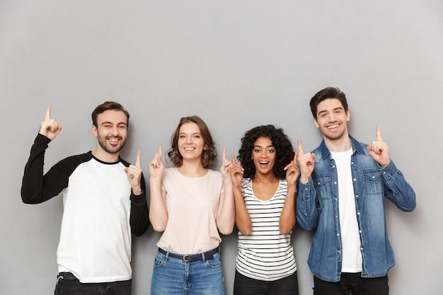 Szczęśliwa grupa przyjaciół wskazując.