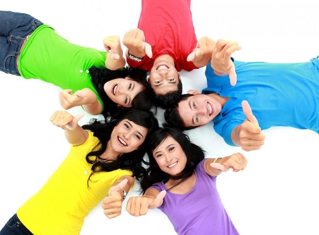 Szczęśliwa grupa przyjaciół z uśmiechem