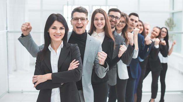 Szczęśliwa grupa różnych młodych ludzi stojących w rzędzie. pojęcie pracy zespołowej