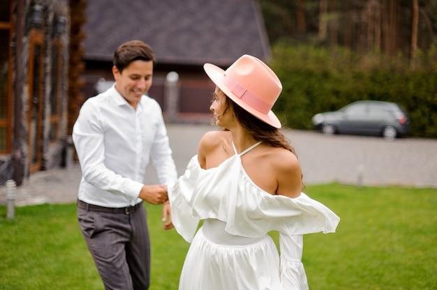 Szczęśliwa i uśmiechnięta para małżeńska